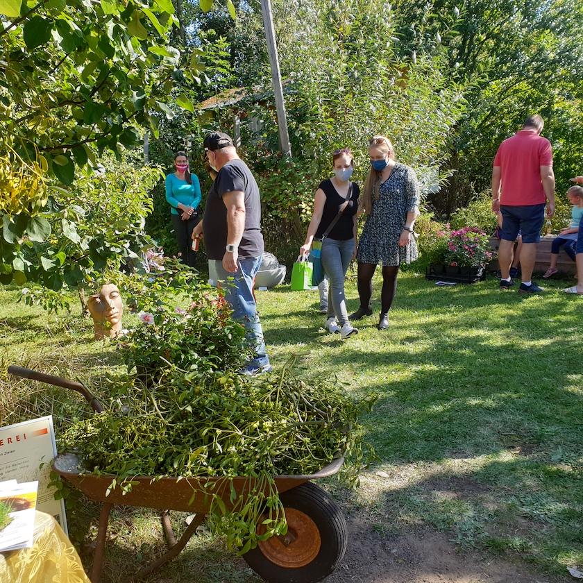 Gäste zum Honigmarkt und Herbstmarkt des Kreislehrgartens Oberhaid