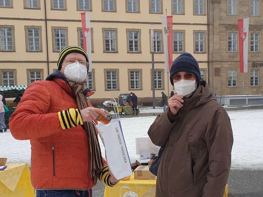 Reinhold mit Bienenpate Albert Fresz am Honigmarkt Bamberg, Faschingsdienstag 2021